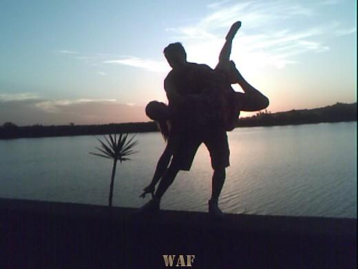 os corpos dançando no por do sol no rio Yaguaron RS Brasil