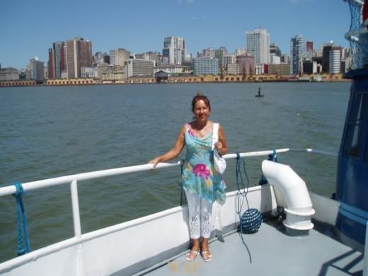 Minha amiga Tania Witt, no Guaiba ao Fundo minha Porto Alegre!