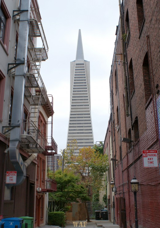 the Transamerica Building, from an alley (San Francisco, 09/13/09)